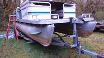 PONTOON BOAT W/TRAILER